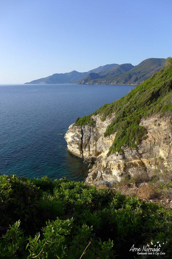 Vue sur les falaises calcaires où nichent de nombreux oiseaux