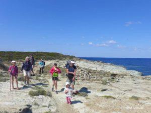 En famille sur le sentier des douaniers de la Pointe du Cap Corse