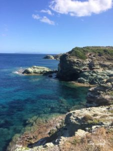 Les beaux rochers de schiste du sentier des douaniers de la pointe du Cap Corse
